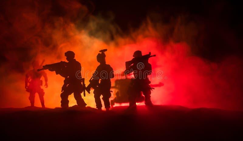 r 战士在沙漠在与战斗直升机或直升机攻击专辑的军事行动时 免版税库存图片