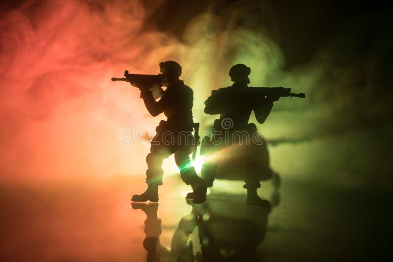 r 战士在沙漠在与战斗直升机或直升机攻击专辑的军事行动时 库存照片