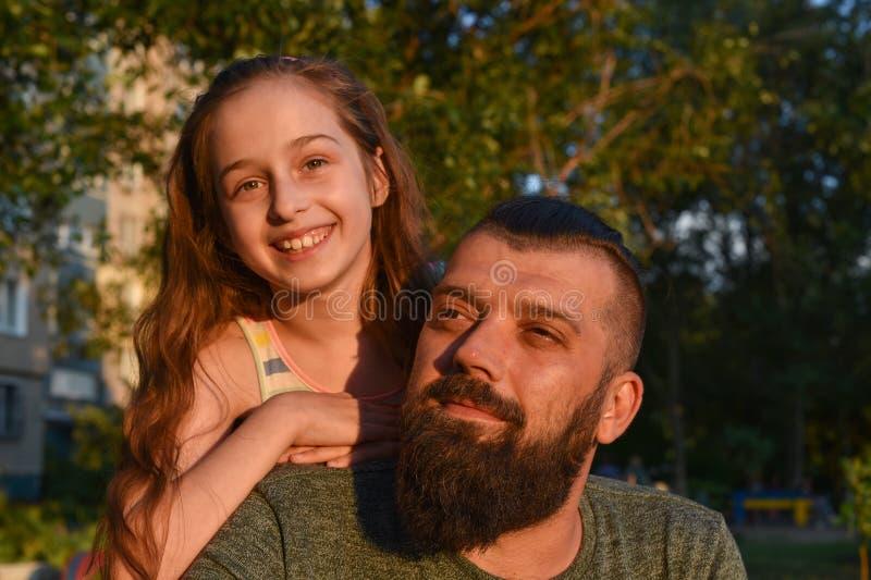 r 拥抱她的有胡子的女孩爸爸 夏天步行 库存图片