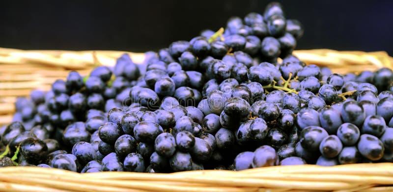 r 捆绑新鲜的成熟红葡萄在杂货店,选择聚焦 葡萄背景 库存图片