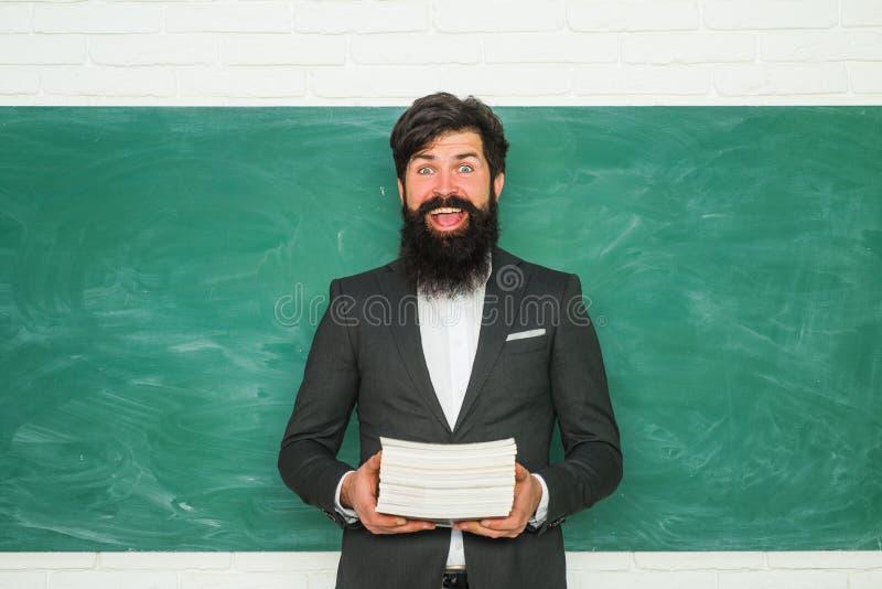 r 教育和学会人概念-在黑板附近的女老师 高中概念拷贝空间 图库摄影