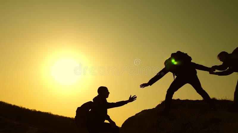 r 旅客在岩石逐个上升 联合事务 t 登山人 库存图片