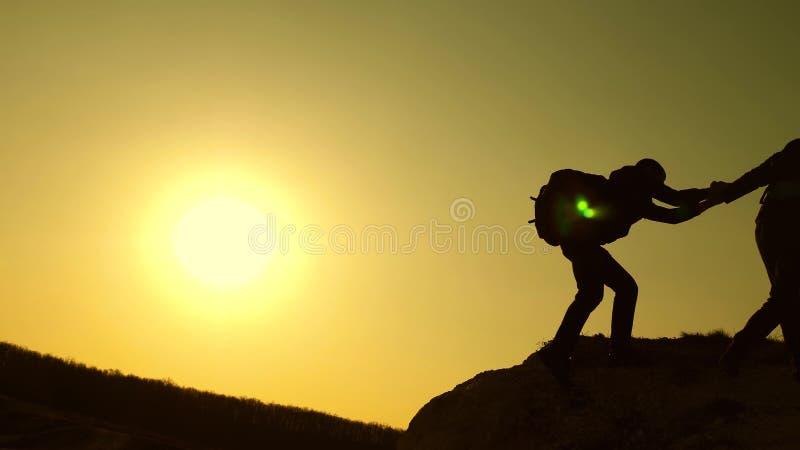 r 旅客在岩石逐个上升 联合事务 t 登山人 免版税库存照片