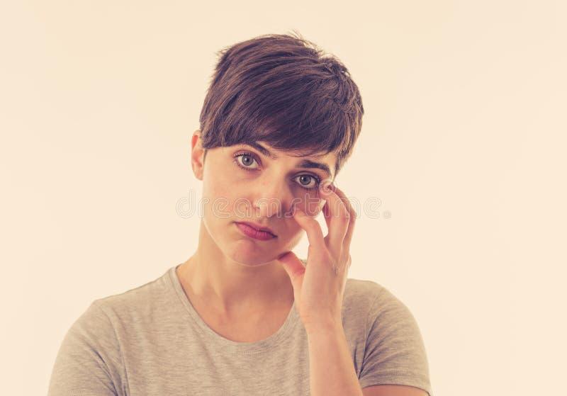r 有一张哀伤的面孔的年轻可爱的妇女,看在绝望下 免版税图库摄影