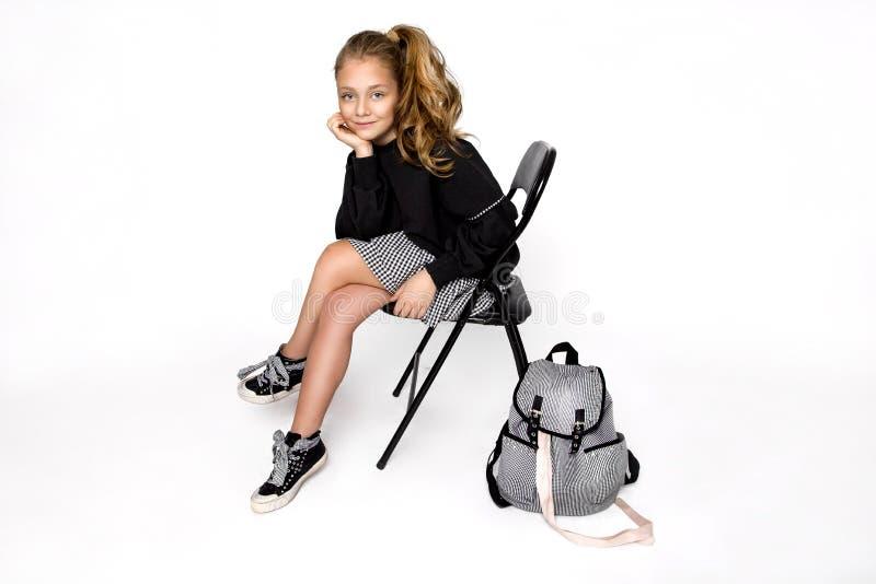 r 有去的背包的逗人喜爱的儿童女孩运行和教育与乐趣-图象 库存图片