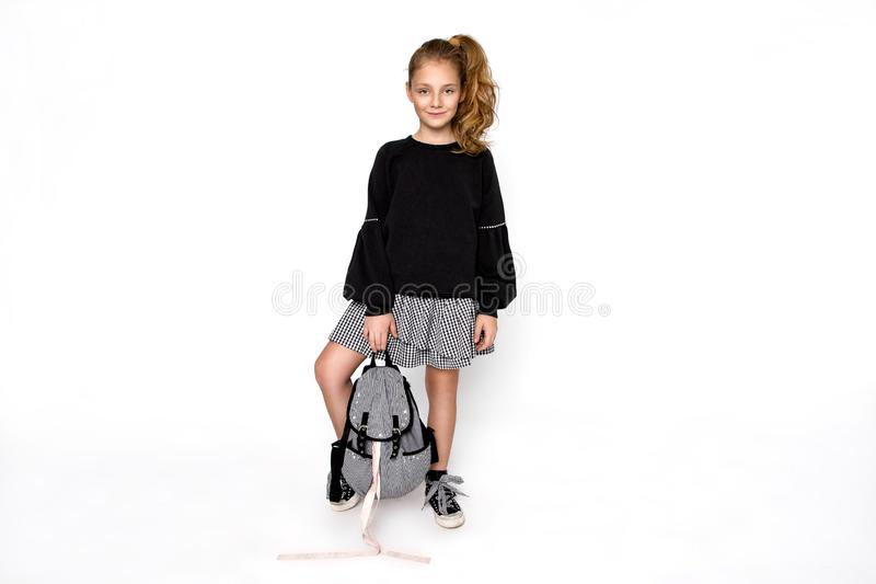 r 有去的背包的逗人喜爱的儿童女孩运行和教育与乐趣-图象 免版税图库摄影