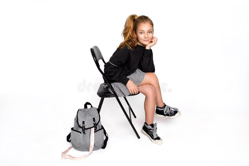 r 有去的背包的逗人喜爱的儿童女孩运行和教育与乐趣-图象 库存照片
