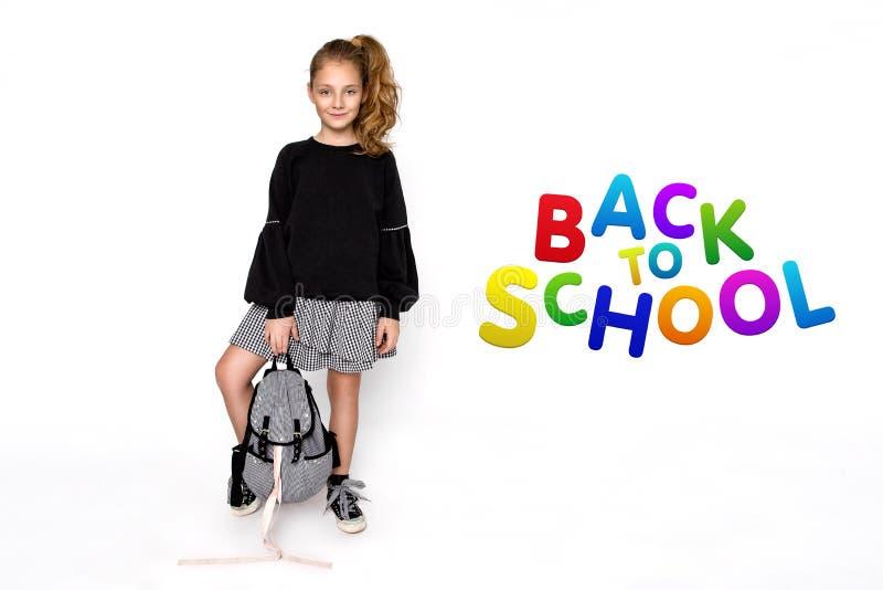 r 有去的背包的逗人喜爱的儿童女孩运行和教育与乐趣-图象 免版税库存图片