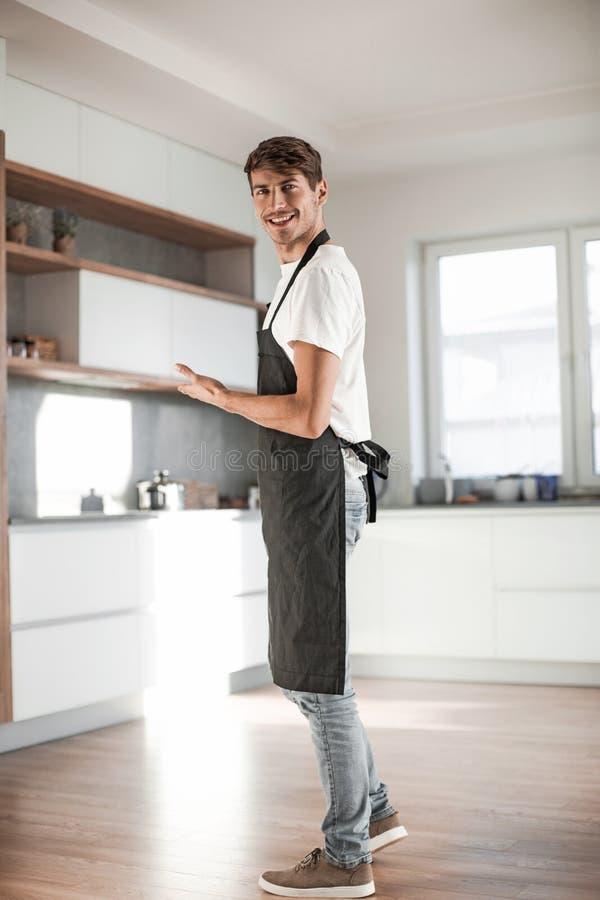 r 有吸引力的年轻人身分在家庭厨房里 图库摄影
