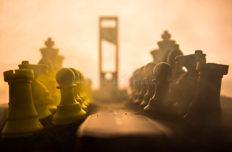 r 有巨型棋形象和断头台的空的路 向施行的道路 r 免版税库存照片