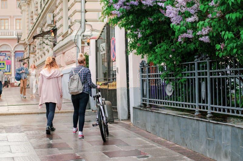 r 有自行车的两个女孩 ?` s?? 库存图片