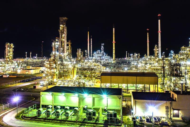 r 炼油厂工厂和油在晚上 免版税库存图片