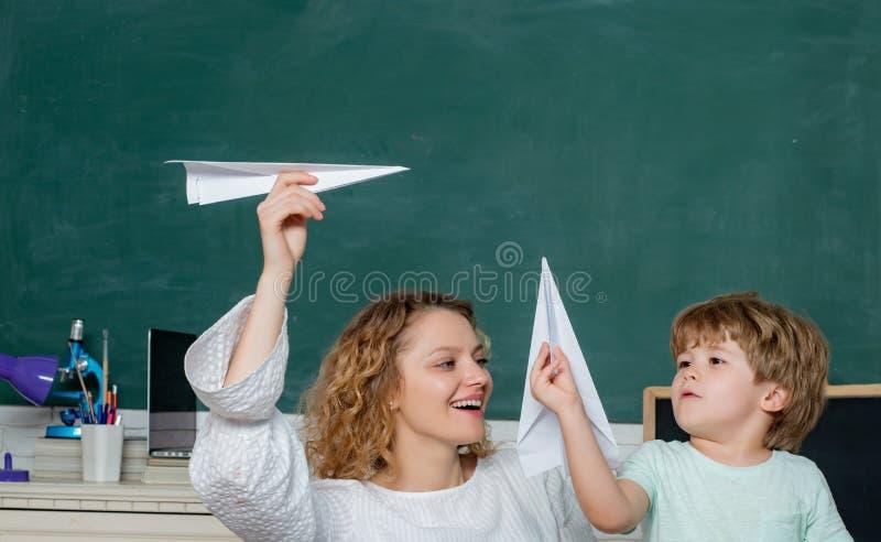 r 父母感觉骄傲在儿子进展  妇女帮助儿童男孩 孩子的数学 学生与 免版税库存图片