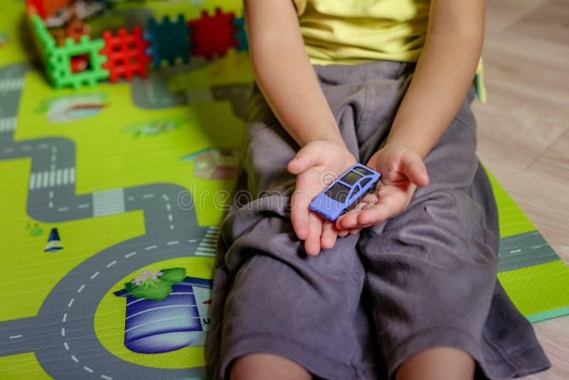 r 玩具块儿童修造的塔  库存图片