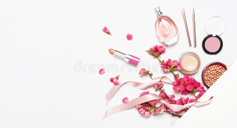 r 球脸红胭脂唇膏concealer瓶香水构成刷子春天在白色礼物的桃红色花 库存图片