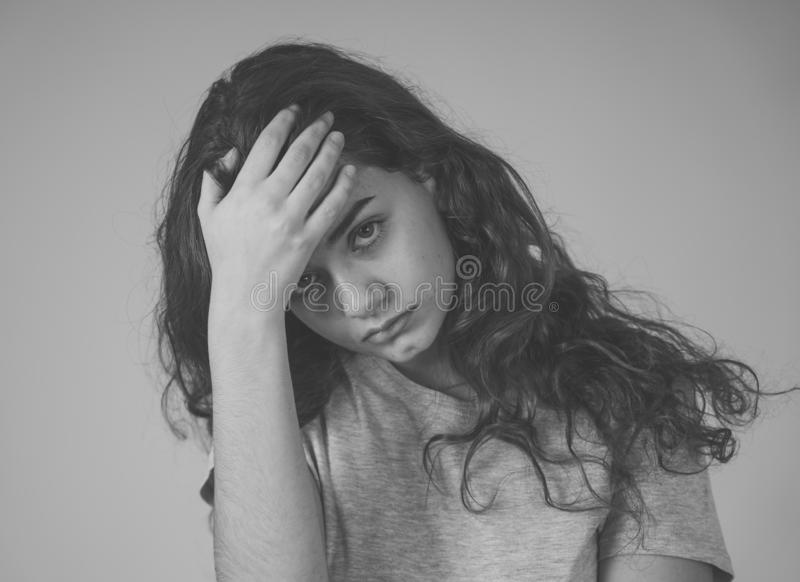 r 看起来年轻哀伤的少年的妇女沮丧和绝望 免版税库存图片