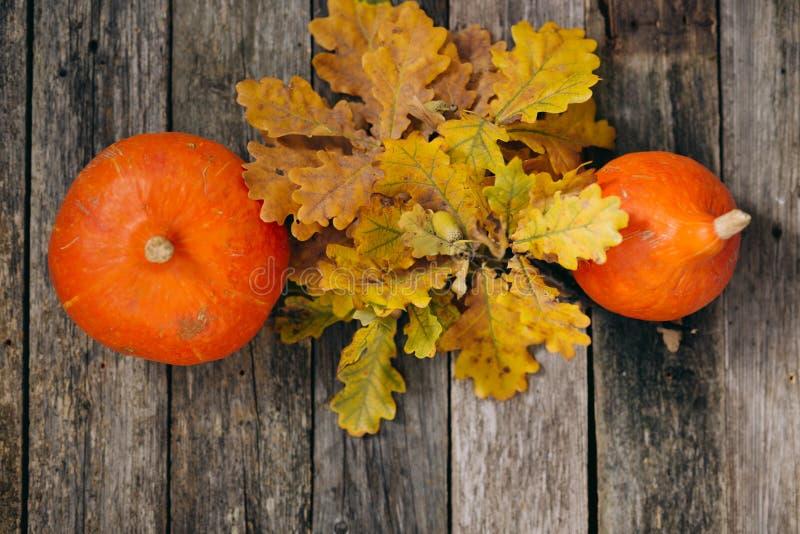 r 秋天橡木叶子和南瓜在木板 顶视图,葡萄酒样式 r r 免版税库存图片