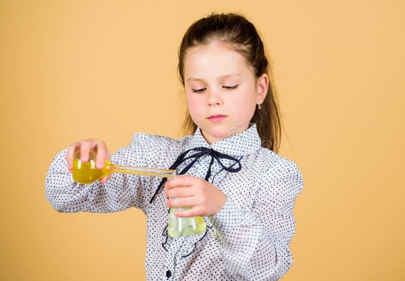 r 科学研究对实验室 小学校女孩 有测试的烧瓶的小聪明的女孩 教育和知识 免版税库存照片