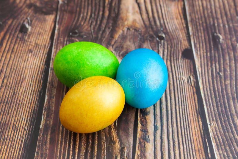 r 美丽的五颜六色的复活节彩蛋 在黑暗的木背景的复活节概念 库存图片