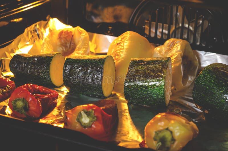 r 胡椒和夏南瓜与一个红润外壳在烤箱准备 E 免版税库存图片