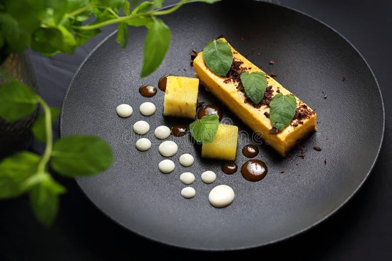 r 芒果乳酪蛋糕用巧克力汁 库存图片