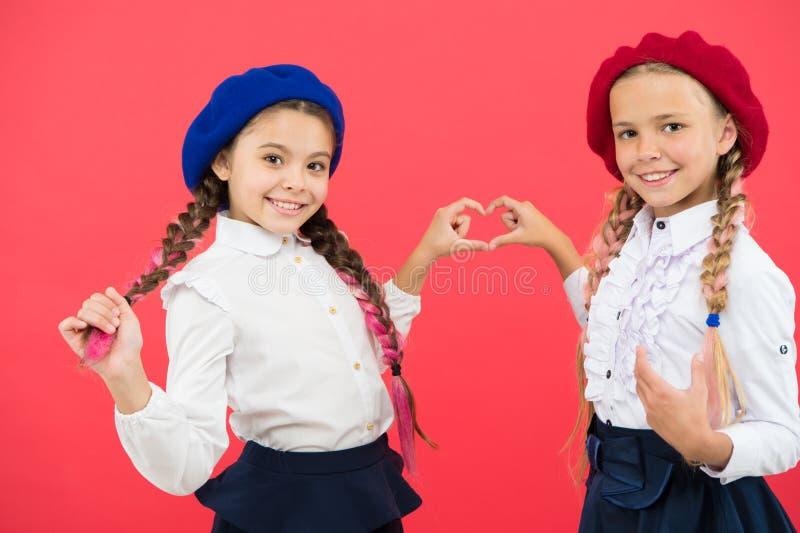 r 花梢样式 学校友谊 女小学生穿正式校服 长期儿童美女 免版税库存图片