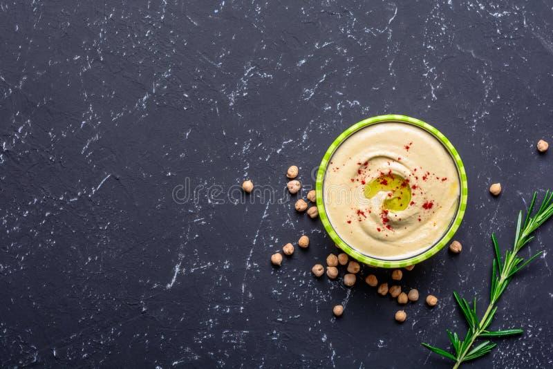 r 菜蛋白质来源 碗hummus,在黑石桌上,鸡豆 r 免版税库存图片