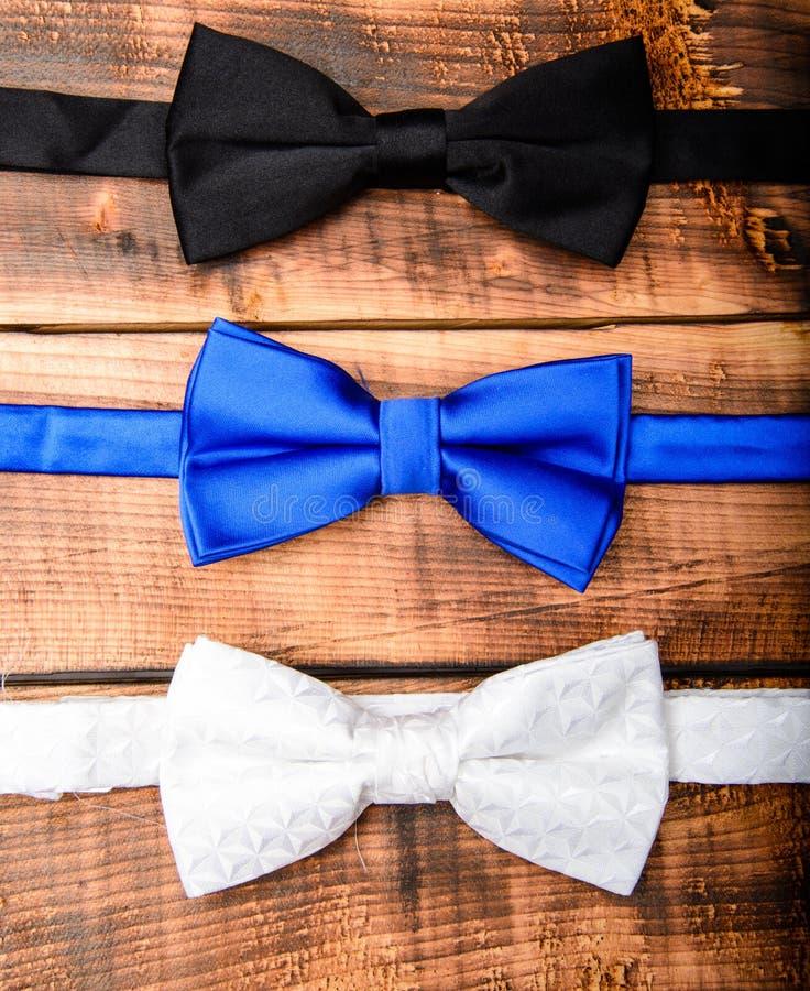 r 葡萄酒蝶形领结汇集 r 新郎婚礼 在木头的男性蝶形领结 时装配件 库存图片