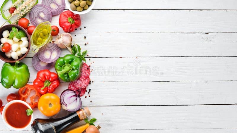 r 蘑菇,乳酪,香肠,蕃茄,菜 库存照片