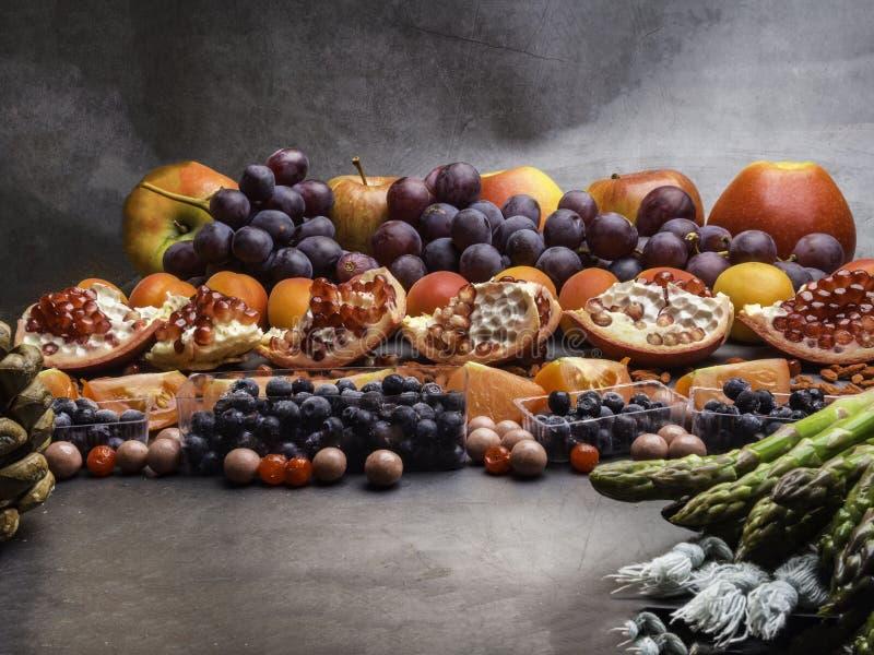r 食物不同的果子,芦笋,在具体背景的莓果 r 库存图片