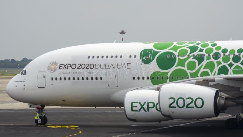 r 马班塞国际机场 在终端的空中客车A380 酋长管辖区航空公司 商展2020年迪拜阿拉伯联合酋长国号衣 免版税库存照片
