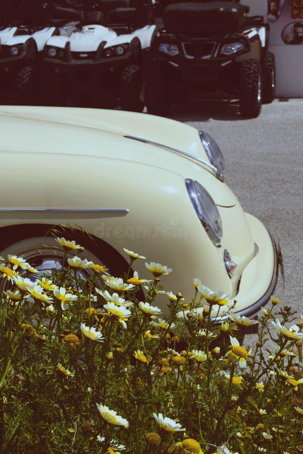 r 黄色敞篷车在被租赁的一好日子 在希腊海岛上的租车 ?? 库存照片