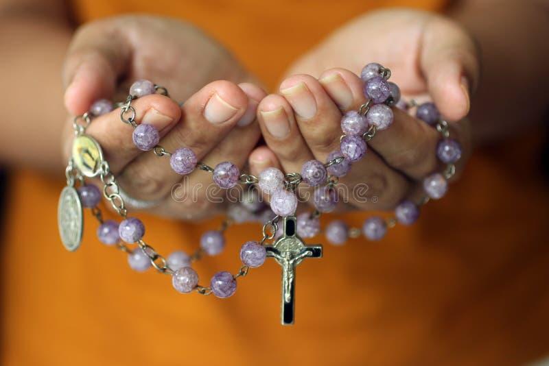 R??aniec w r?ce Młody młodzieżowy damy mienia różaniec z otwartą ręką Żeńskie ręki trzyma różana z jezus chrystus krucyfiksem lub obrazy royalty free