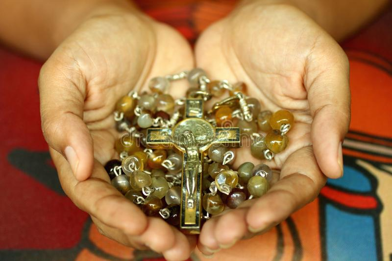 R??aniec w r?ce Młody młodzieżowy damy mienia różaniec z otwartą ręką Żeńskie ręki trzyma różana z jezus chrystus krucyfiksem lub zdjęcie stock