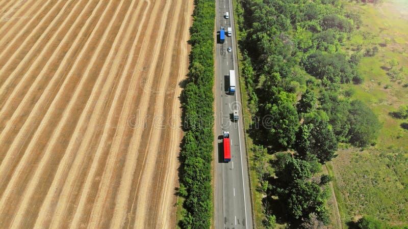 r Caminhões e carros em uma estrada imagens de stock