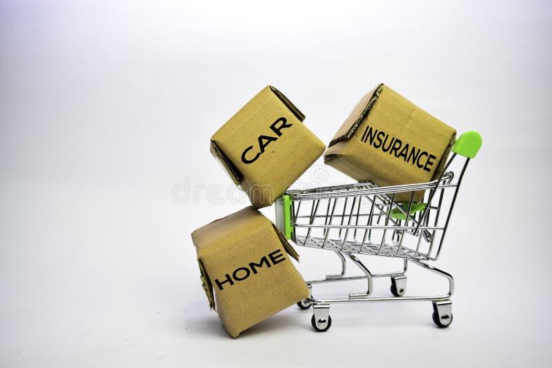 r car Ασφαλιστικό κείμενο στα μικρά κιβώτια και το κάρρο αγορών Έννοιες για on-line να ψωνίσει o στοκ εικόνες με δικαίωμα ελεύθερης χρήσης