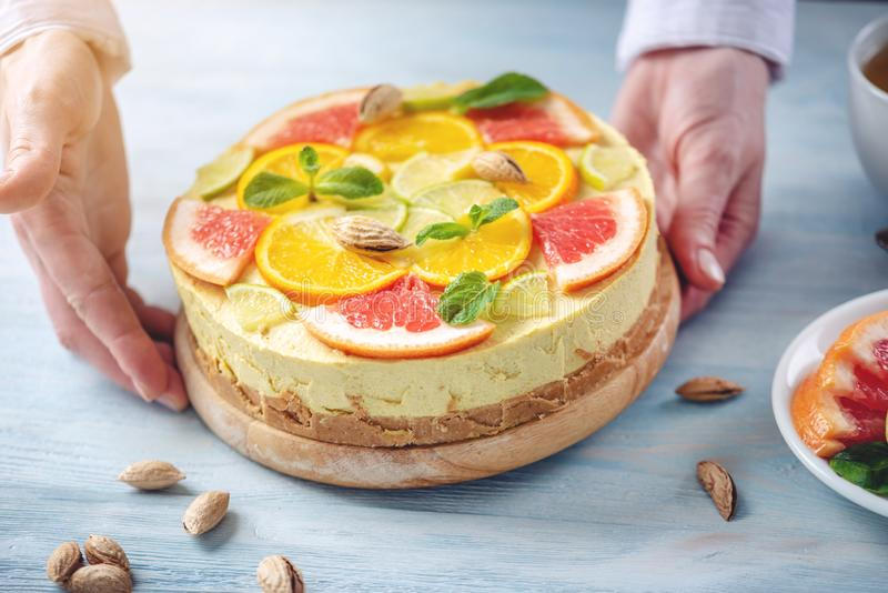 R? citrus kaka med grapefrukten, apelsinen, limefrukt och citronen Sund ny sommarefterr?tt Hemlagad strikt vegetarianmat arkivbild