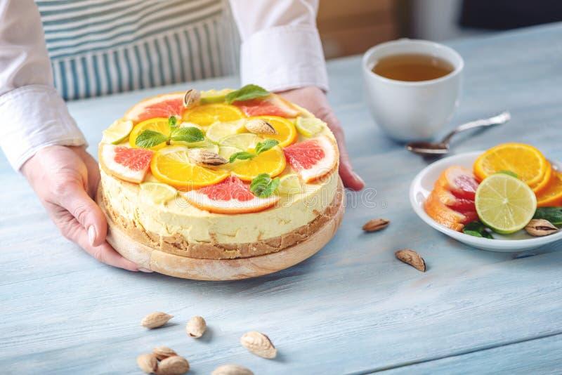 R? citrus kaka med grapefrukten, apelsinen, limefrukt och citronen Sund ny sommarefterr?tt Hemlagad strikt vegetarianmat arkivbilder