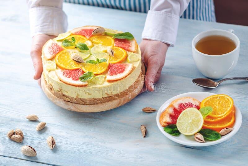 R? citrus kaka med grapefrukten, apelsinen, limefrukt och citronen Sund ny sommarefterr?tt Hemlagad strikt vegetarianmat royaltyfria bilder