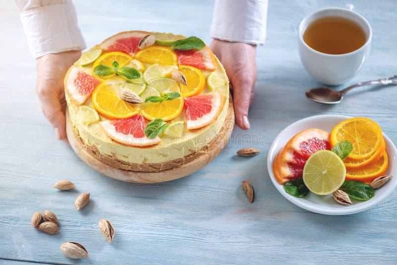 R? citrus kaka med grapefrukten, apelsinen, limefrukt och citronen Sund ny sommarefterr?tt Hemlagad strikt vegetarianmat royaltyfri foto