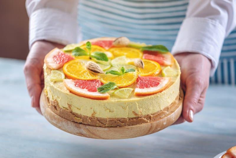 R? citrus kaka med grapefrukten, apelsinen, limefrukt och citronen Sund ny sommarefterr?tt Hemlagad strikt vegetarianmat royaltyfria foton