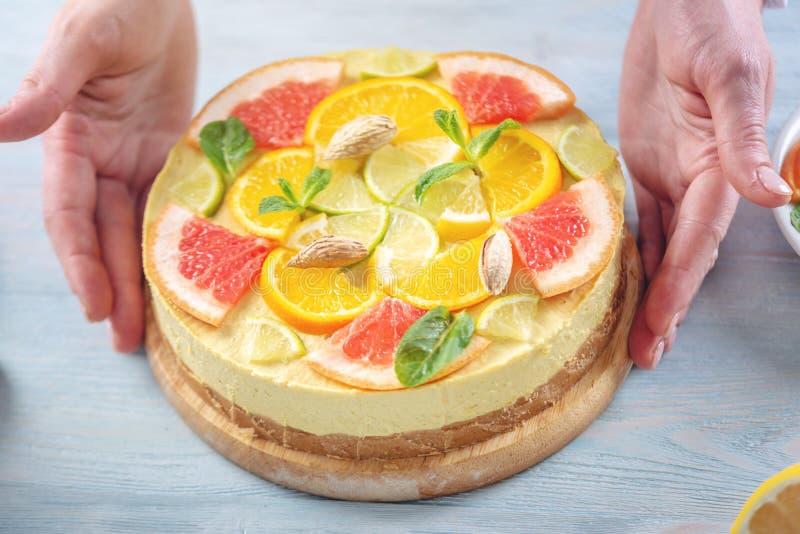 R? citrus kaka med grapefrukten, apelsinen, limefrukt och citronen Sund ny sommarefterr?tt Hemlagad strikt vegetarianmat royaltyfri bild