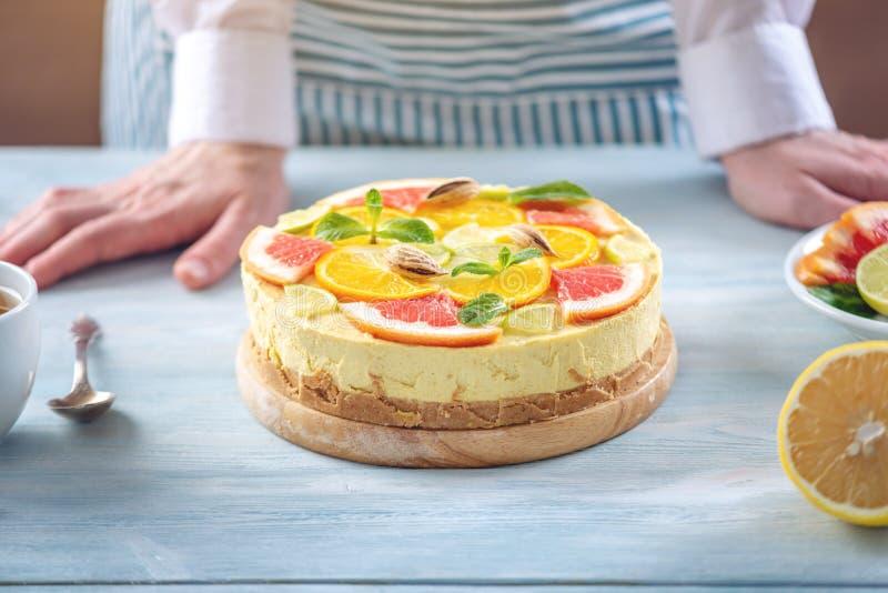 R? citrus kaka med grapefrukten, apelsinen, limefrukt och citronen Sund ny sommarefterr?tt Hemlagad strikt vegetarianmat royaltyfri fotografi