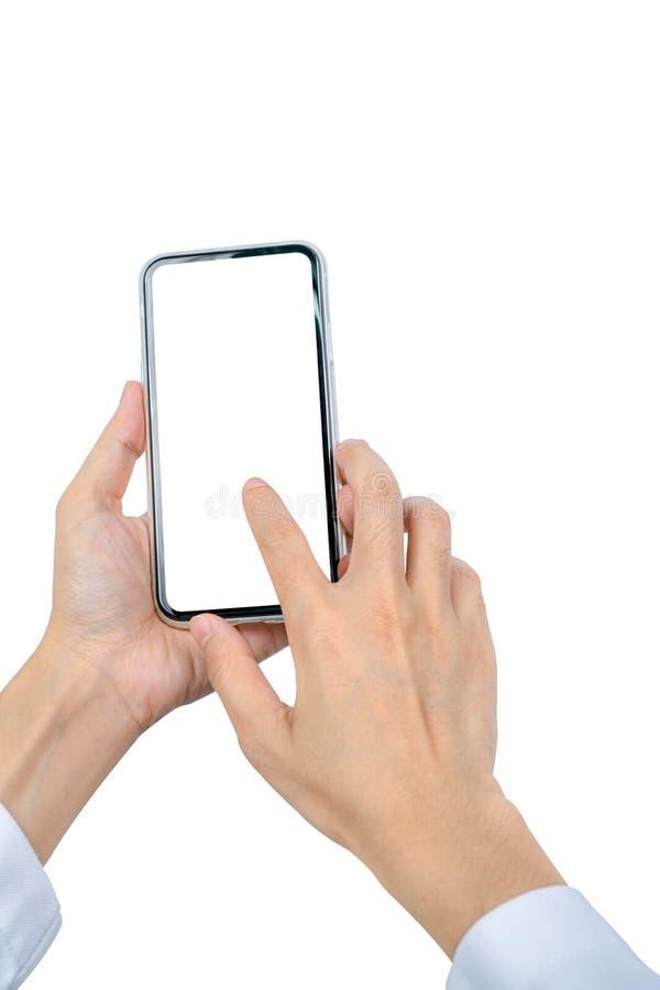 r Closeuphand som trycker på smartphonen med den tomma skärmen som isoleras på vit bakgrund arkivfoton