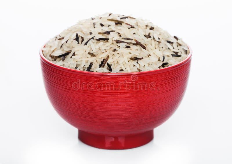 R?d bunke av r?tt organiskt basmati l?ngt korn och l?sa ris p? vit bakgrund sund mat royaltyfria foton