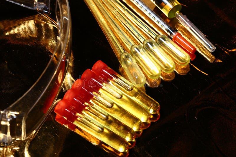 R&D médicale de la Science d'or, compte-gouttes, lunettes, seringue, stethoscop photographie stock