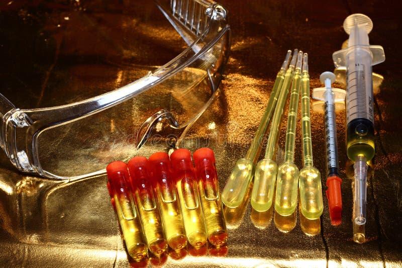R&D médicale de la Science d'or, compte-gouttes, lunettes, seringue, stethoscop images stock