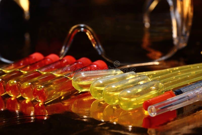 R&D médicale de la Science d'or, compte-gouttes, lunettes, seringue, stethoscop photo stock