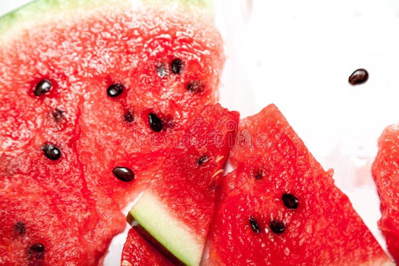 R?d mogen skivad vattenmelon f?r ?f?r ?? p? vit bakgrund royaltyfria bilder