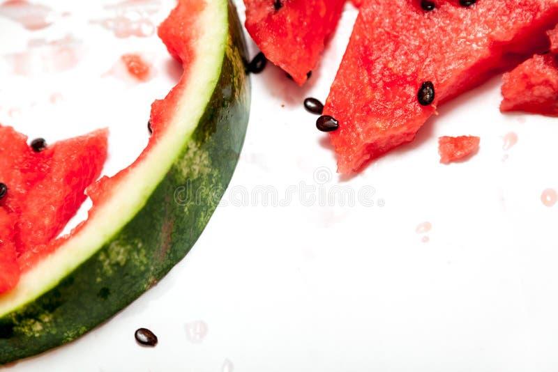 R?d mogen skivad vattenmelon f?r ?f?r ?? p? vit bakgrund fotografering för bildbyråer